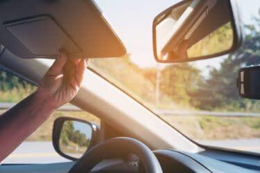 Η αντηλιακή μεμβράνη στο παρμπρίζ του αυτοκινήτου μειώνει την θερμοκρασία και την αντηλιά στην καμπίνα του αυτοκινήτου.