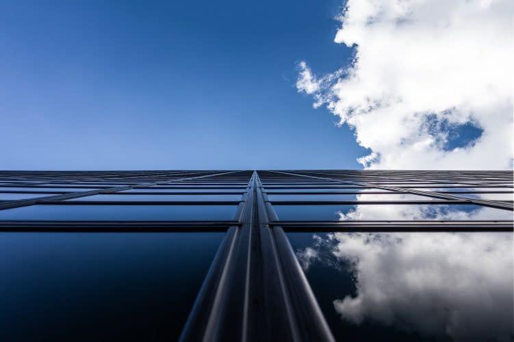 Μεμβράνες κτιρίων σε φιμέ απόχρωση και σε καθρέφτη.
